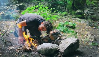 Op deze 8 prachtige natuurcampings in Europa mag je ook vuur